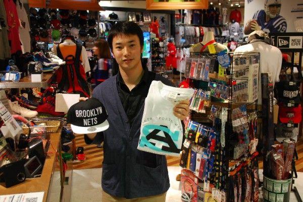 【大阪店】2014.05.18 最近大学でバスケを始められたお客様にキャップとTシャツをお買い上げ頂きました^^入ったサークルが楽しいということで、羨ましい限りです^^また遊びに来てくださいねー!!