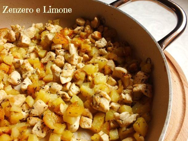 Questa dadolata di pollo e patate è un fantastico piatto unico. Una preparazione facile, golosa ed economica che si prepara in padella in poche mosse.
