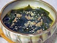 韓国では、誕生日などの特別な日に欠かせないのが「わかめスープ」。栄養があり母乳の出をよくすることから、妊婦や授乳期の母親が飲むことでも知られています。わかめと牛肉を炒めてダシをとるのが韓国流の作り方。