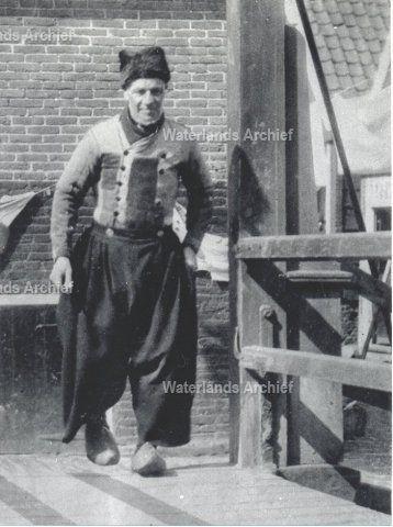 """Cornelis Bont (de Pul), vissersknecht, geboren op 19-09-1857 te Volendam, overleden op 30-05-1932 te Volendam. Werd op de dijk vaak gefotografeerd. Was een gemoedelijke plaaggeest. Aan kinderen vroeg hij vaak:""""Moet je wat lekkers ?"""" Hij stopte dan uitgekauwde pruimtabak in hun hand. ca 1925 #NoordHolland #Volendam"""