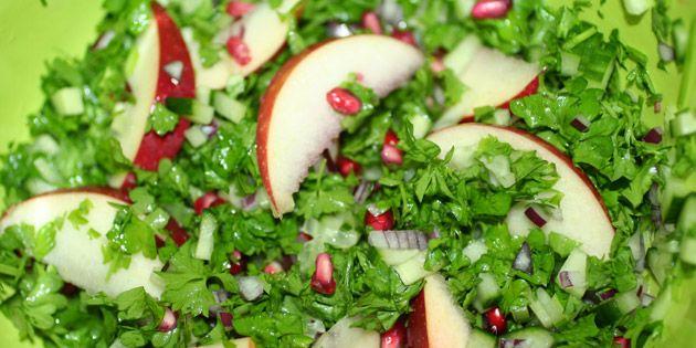 Forrygende salat med flotte granatæblekerner samt frisk agurk, grøn persille, rødløg og tynde æblebåde.