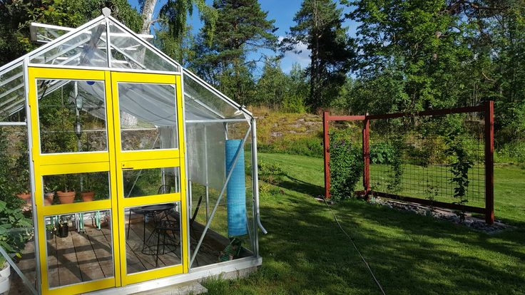 Växthus med gula dörrar. Greenhouse