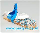Geboorte vinger. Nodig: Lange vingers, witte chocola, Muisjes roze/wit of blauw/wit, Snoep muisje, Lintje + Kaartje.  Werkwijze: Smelt de chocola in de magnetron of au bain-marie. Dip de lange vingers met 1 kant in de chocola en daarna in de juiste kleur muisjes. en laat de chocola stollen. Bindt met een lintje een muisje bovenop de lange vinger en maak er nog een kaartje aanvast.