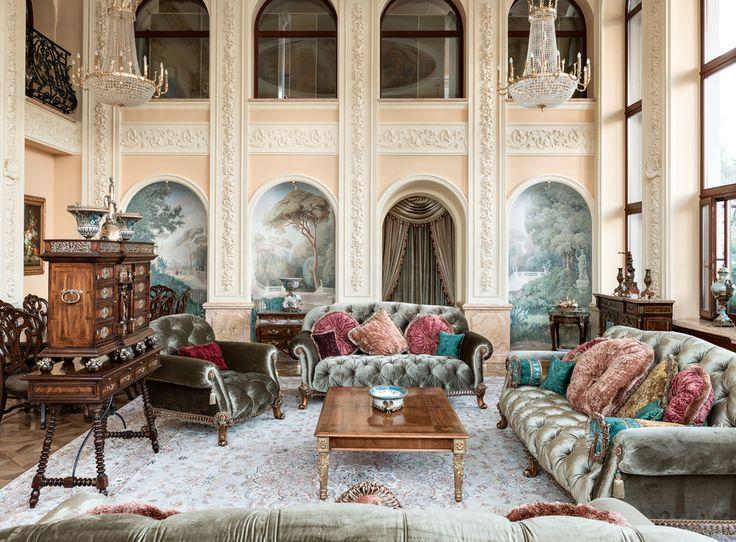 Мебель Theodore Alexander для большой гостиной изготовлена из красного дерева и палисандра