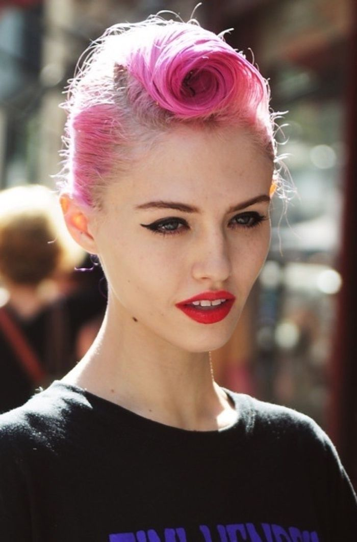 un look rock chic avec une coiffure rockabilly, coloration rose et maquillage pin up