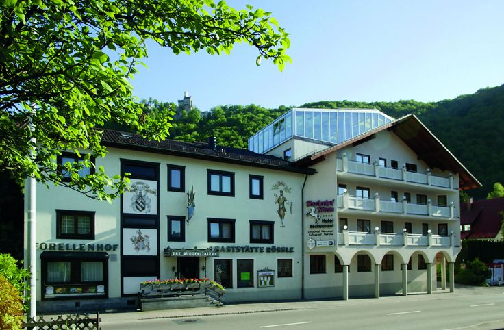 Inmitten der Schwäbischen Alb, liegt unser 4 Sterne Hotel mit Blick auf Schloss Lichtenstein. Seit über 200 Jahren und bereits in der 8. Generation ist der Forellenhof in Familienbesitz. Das 4 Sterne Hotel verfügt über komfortabel ausgestattete Zimmer, teilweise mit Balkon und Blick zum Schloss sowie einem einmaligen Wellnessbereich.