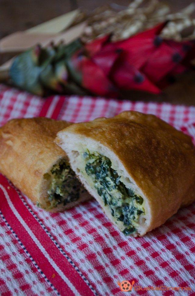 Calzoni ripieni fritti con broccoli e ricotta sono gustosi e sfiziosi antipasti a forma di mezza luna di pasta lievitata.
