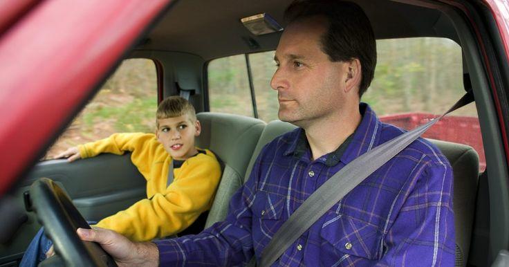 Cómo reiniciar el cinturón de seguridad atascado. Los cinturones de seguridad del automóvil son de vital importancia y mantienen a todos los pasajeros con seguridad en el carro. Sin embargo, periódicamente se pueden quedar atascados o atrapados. En algunos casos esto puede ser un problema mucho más serio que necesite ser reparado por el concesionario. Sin embargo, puedes solucionar este problema ...