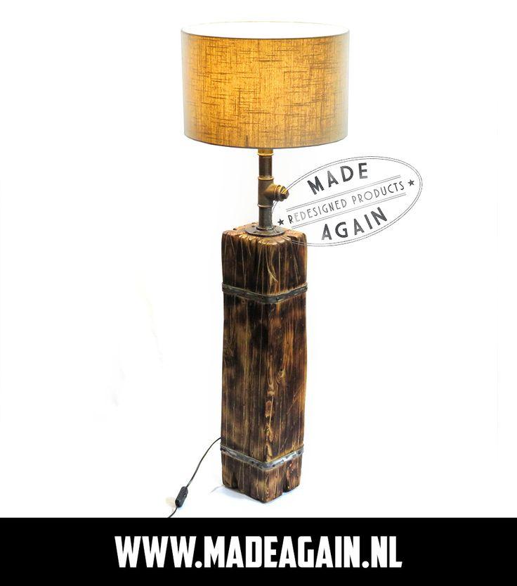 Stoere, industriële, staande lamp van (gebrand) hout met stalen details