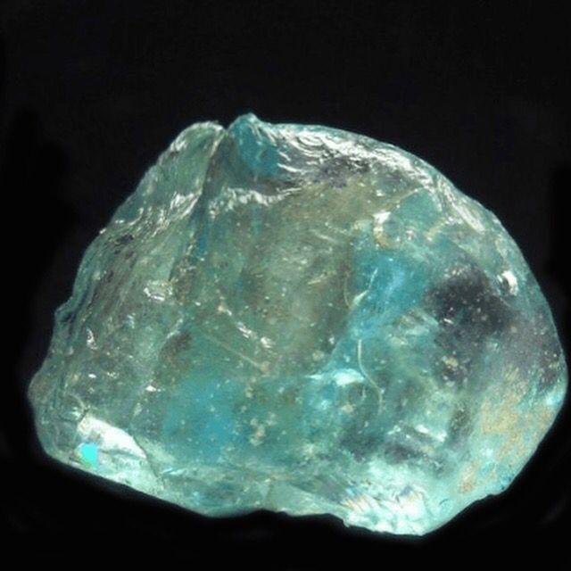 ジルコンは屈折率が高く、 古来よりダイヤモンドの代用品として使用されてきました。  そのため人口石だと間違えられることも多いですが、 れっきとした天然石です。  ブルーグリーンジルコンは 過去のトラウマを捨て去ることが出来るようにサポートしてくれます。  それと同時にこれから先に同じような事が起きない様に、 精神的な成長も促してくれます。  http://tenchi.cc/365日の誕生石/5月14日の誕生石【ブルーグリーンジルコン】効果.html
