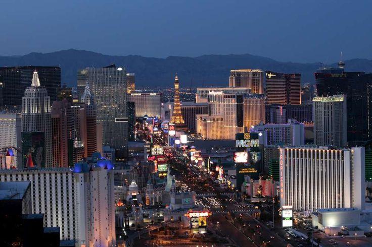 """La """"Capitale delle cerimonie nuziali"""", è una delle mete che può fare la felicità di tutte le coppie. Ecco i posti più esclusivi dove sposarsi a Las Vegas."""
