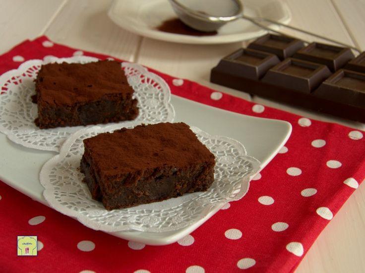 Torta fondente di cioccolato ricetta facile e golosa: una torta dal gusto intenso di cioccolato che si scioglie in bocca