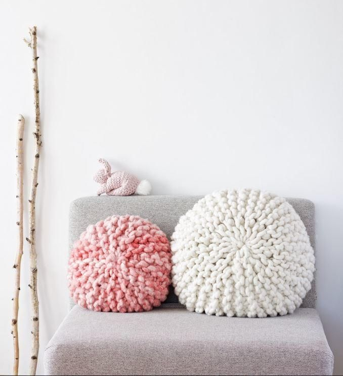 Adorable Super Chunky Pillows | This cushion cover knitting pattern is chic and unique.