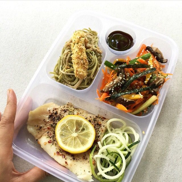 Have a yummy & waist-conscious meal with baked lemon dory, cha soba, air-fried tofu and seaweed ginger carrot salad from @kelincitertidur. Location: Jakarta