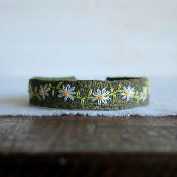 Daisy Chain Bracelet manchette - brodée marguerites sur manchette lin Vert Olive à la main