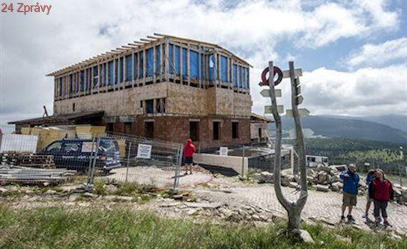 Turisté v Krkonoších mohou sledovat výstavbu nové Petrovy boudy