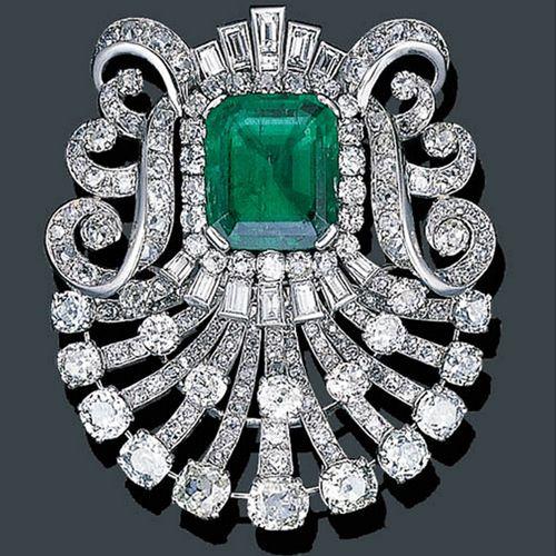 Spilla Art Deco in oro bianco, smeraldo e diamanti 1925.