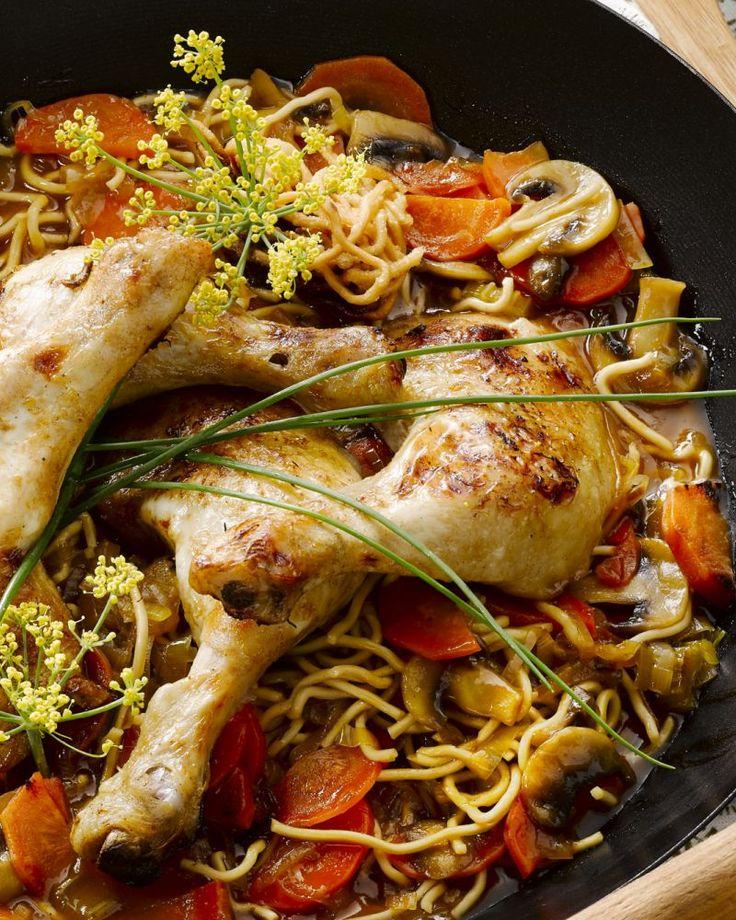 De kippenbouten worden gelakt met een zoete saus, wat zorgt voor een mooi gekaramelliseerd korstje. Daarbij komen knapperige groentjes en Chinese noedels.