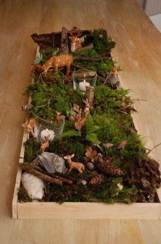 Ooohh! Eine zauberhafte Tischdeko. Und ein toller Anlass, um in den Wald zu gehen. Und dann diese wirklich einfache DIY-Idee zusammen mit den Kindern umzusetzen. Ich geh' schon mal die Schleich-Tiere suchen... Und Du?