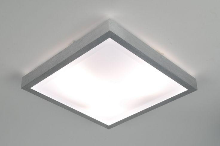 Art. 70673 Eenvoudig, praktisch en zeer functioneel! Deze plafondlamp heeft een armatuur van geborsteld aluminium. De drie lichtbronnen worden afgedekt met een witte kunststof plaat. Door de hoge IP-waarde 44 is dit armatuur niet alleen geschikt als plafondlamp maar ook als badkamerlamp of buitenlamp.http://www.rietveldlicht.nl/artikel/plafondlamp-70673-modern-aluminium-kunststof-vierkant