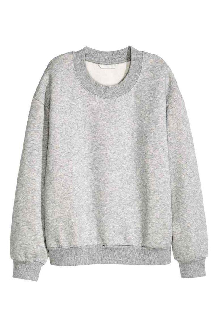 Bluza: Bluza z miękkiej dzianiny dresowej. Obniżone ramiona. Dekolt, rękawy i dół ze ściągaczem. Wewnątrz miękki meszek.