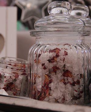 Dit bruisend badzout recept zorgt voor een heerlijk ontspannend bad en je kan oneindig veel variaties maken met verschillende etherische olie en gedroogde bloemetjes en kruiden.