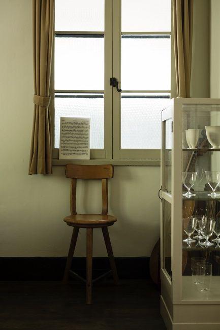 寝室の窓辺に置かれた木の椅子は1930年代のドイツ製