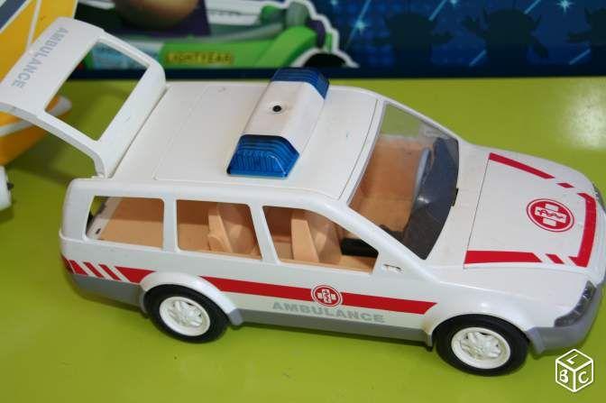 Superbe voiture ambulance playmobil