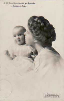 Queen Marie with her youngest daughter and 2nd youngest child, Princess Ileana.