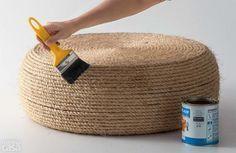 Tuto DIY. Pouf en vieux pneu et corde pour déco extérieure. Peut faire siège ou table. Compléter avec des coussins pour faire un coin douillet dans le jardin.