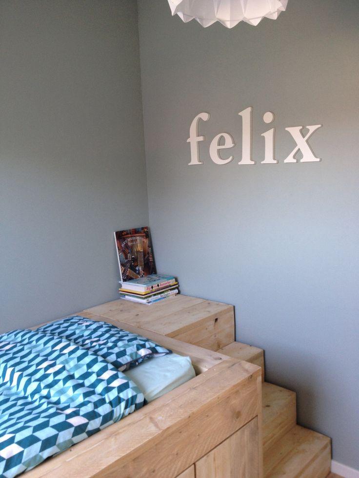 Boys bedroom. Bed met trap gemaakt van nieuw steigerhout.
