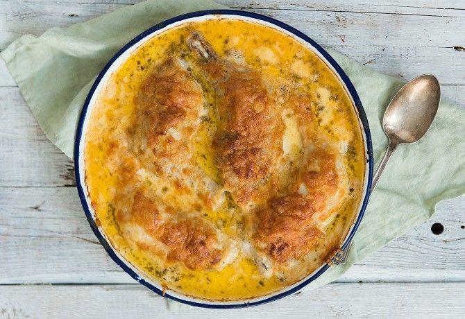 Tejfölben sült csirkecombok recept képpel. Hozzávalók és az elkészítés részletes leírása. A tejfölben sült csirkecombok elkészítési ideje: 75 perc