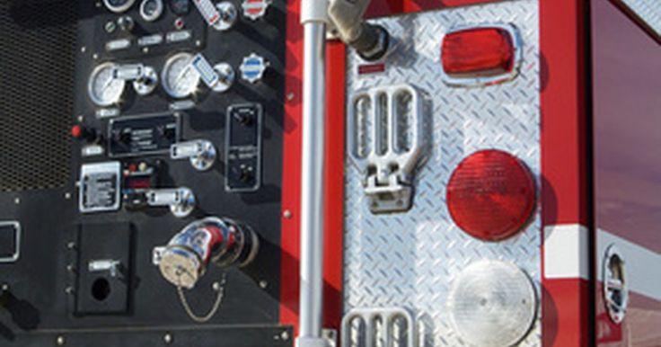 Funciones del cuerpo de bomberos. Los bomberos de los EE.UU. llevan a cabo una serie de funciones más allá de las tradicionales. Si bien combatir los incendios sigue siendo la prioridad número uno del cuerpo de bomberos, enfatiza el desarrollo de nuevas técnicas para responder ante emergencias, trabajando en ayudas preventivas, en su normativa asociada y educando a la comunidad en ...