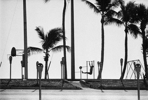 1966 Nükleer denizaltıların konuşlandırıldığı liman yakınlarında sahilde egzersiz yapan adam
