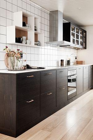 Et brunt kjøkken i en moderne look – kjøkkenfronten i ask brunbeiset. Skap en følelse av plassbygd kjøkken med vår klassiske serie Bistro. Bistro er en slett front med litt avrundet kant. Bistro ask brunbeis | Drømmekjøkkenet