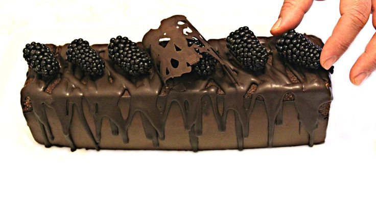 "Prajitura Noire fara coacere este o prajitura rafinata,delicioasa si foarte aspectuoasa.Prajitura Noire-matase de ciocolata neagra cu scantei ratacite de nuca si piscoturi.Prajitura Noire este cea de-a noua reteta din seria ""Prajituri fara coacere/Deserturi fara coacere"". Reteta video pentru prajitura Noire o gasiti pe canalul meu de Youtube."