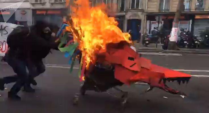 Φλέγεται το Παρίσι: Φωτιές και βροχή από δακρυγόνα και μολότοφ