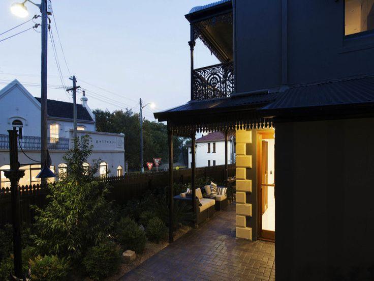 Терраса проходит вдоль задней гостиной и кухни почти вдоль всего дома от столовой.  (викторианский,архитектура,дизайн,экстерьер,интерьер,дизайн интерьера,мебель,на открытом воздухе,патио,балкон,терраса) .