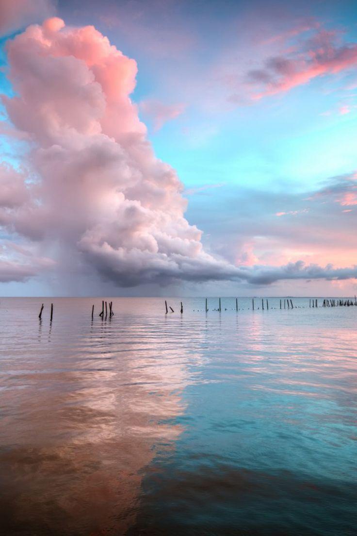 Nascer do sol na Baía White Coconut, em Santa Lúcia, país insular das Pequenas Antilhas, no Caribe.