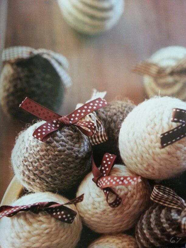 Palline di polistirolo rivestite con catenelle di lana all'uncinetto