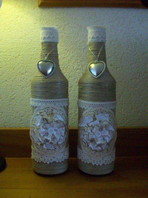 Oude legen flessen leuk versieren met van alles en nog wat.. in dit geval binddraad, jute en leuke kant en een zelf gemaakte bloem... oh ja en met koffie gekleurde taartrandjes..