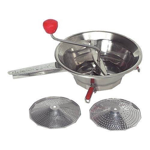 Passevite rvs 24 cm € 27,95 De passevite, ook wel roerzeef genoemd, is een klassieker in de keuken. Hij wordt al generaties lang als handig hulpmiddel gebruikt om fruit en groenten te pureren zonder ongewenste stukjes, zoals de schil of de zaadjes door te laten. Zelfs in deze tijd van keukenrobots en mixers zweren nog steeds vele koks bij de traditionele passevite. Incl. 1, 2 en 3 mm zeef.  Vaatwasserbestendig