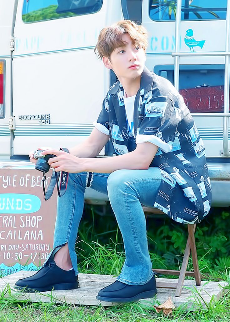 THOSE SHOES THEM JEANS HIS HAIR .... wait what's that around his thigh?...