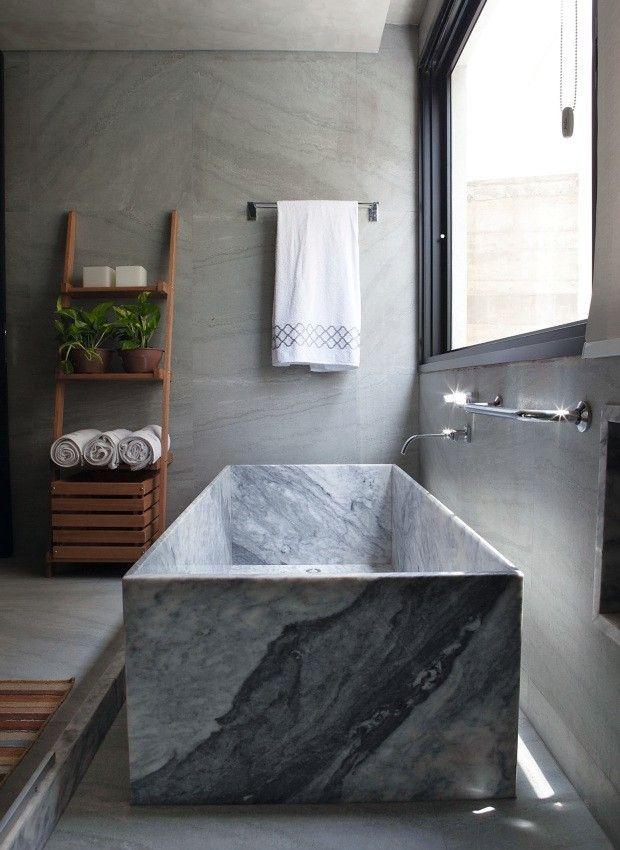 Banheiro. O mesmo padrão do mármore branco nacional usado para fazer a banheira esculpida aparece no porcelanato poroso que reveste o piso e a parede (Foto: Lufe Gomes / Editora Globo)