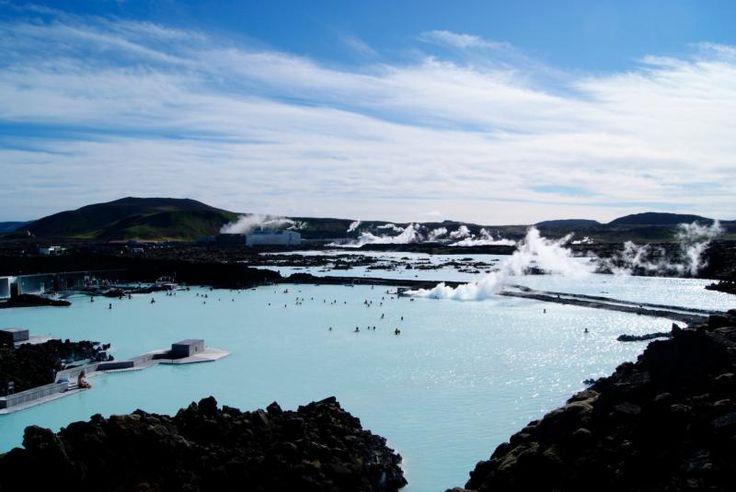 Lagon bleu, Islande Reykjavík, Islande Reykjavik est l'un des endroits les plus abordables et les plus faciles d'accès où voir des aurores boréales. Outre les Aurores, il y a énormément de choses à faire en Islande. Le lagon bleu est chauffé entre 30 et 39°C toute l'année, vous pouvez faire de la motoneige et du ski et même visiter certains endroits qui ont servi de lieu de tournage de la série Game of Thrones.
