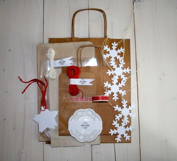 Sada na balení dárků SKANDINÁVSKÉ TRADICE Sada na balení dárků Skandinávské tradice je vhodná především pro balení vánočních dárků. Ještě nikdy nebylo balení vánočních dárků tak jednoduché! Sada obsahuje: 5 ks bílá visačka hvězda (7 cm) sčerveným provázkem 5 ks bílá visačka vločka (7 cm) sbílým provázkem 5 m bílý provázek 5 m červený provázek 1 ...