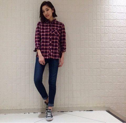 ボーイッシュなチェックシャツでも、 どこか女の子らしいREDなら 合わせるアイテム次第で いろんな雰囲気を楽しめますよ