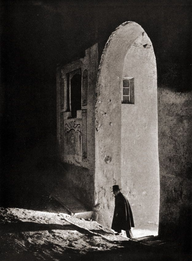 Francisco Mora Carbonell. A la cita, Spain, 1935From Antique and Classic Photographic ImagesThanks to luzfosca