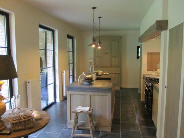 mooie vloertegels, mooi kookvuur, mooie houten keuken