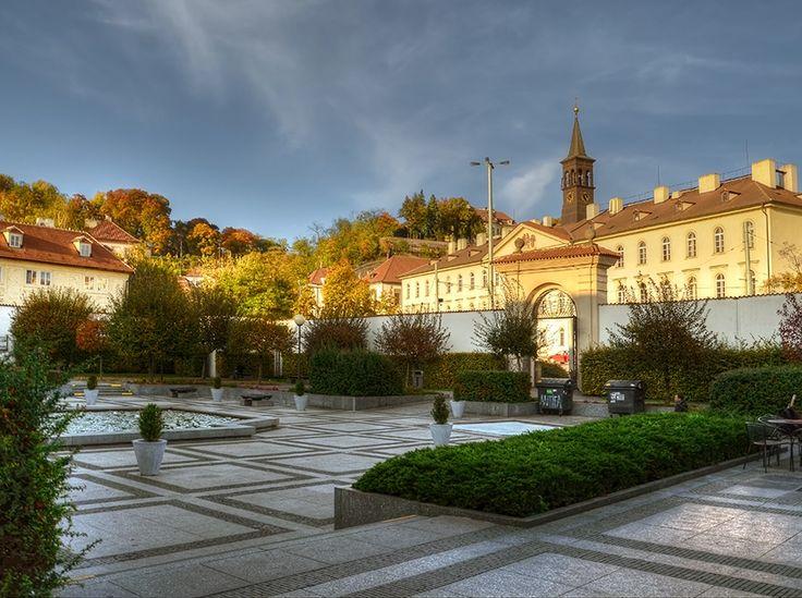 Zahradní nádvoří stanice metra Malostranská